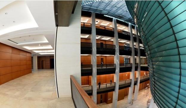 Tòa nhà là một công trình quy mô và phức tạp, một quần thể kiến trúc hiện đại song vẫn mang đậm bản sắc dân tộc.