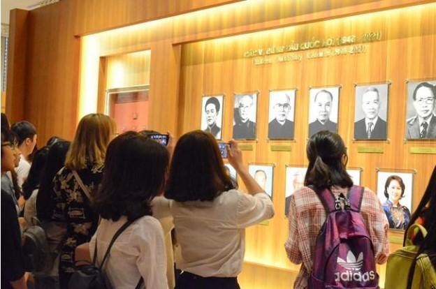 Đến thăm phòng Truyền thống các con sẽ được ngắm nhìn rất nhiều kỉ vật lịch sử có giá trị
