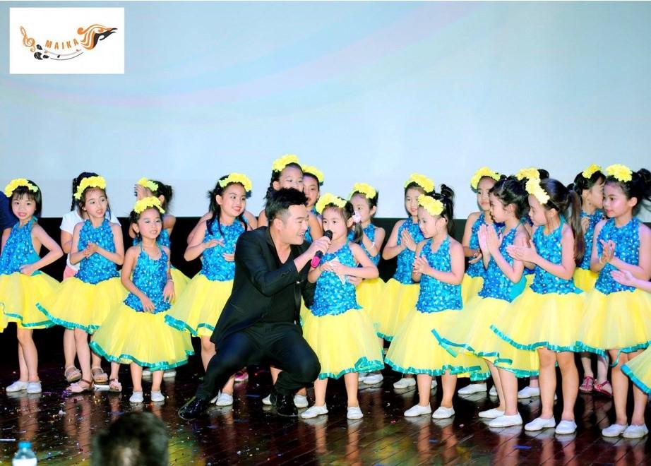 Các bạn nhỏ cùng biểu diễn và giao lưu với nam ca sĩ Minh Quân