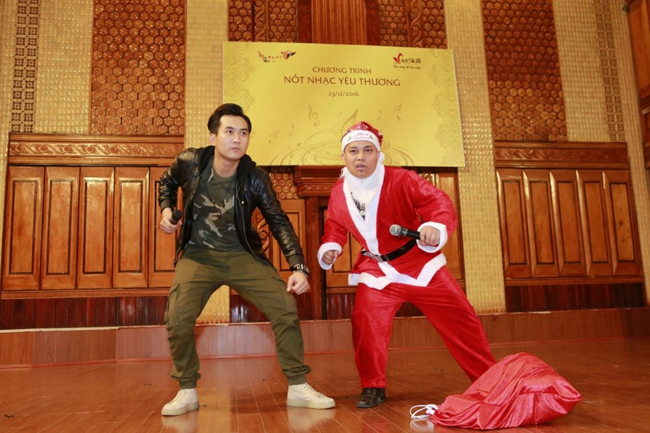 Đặc biệt, điểm nhấn của chương trình chính là tiểu phẩm hài với sự tham gia biểu diễn của hai diễn viên khách mời là Phạm Anh Tuấn và Nguyễn Love