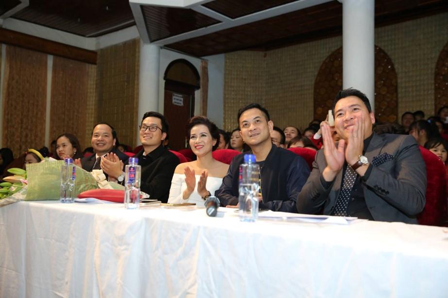 Tiến sĩ Phan Duyên cùng các khách mời chăm chú theo dõi các màn biểu diễn