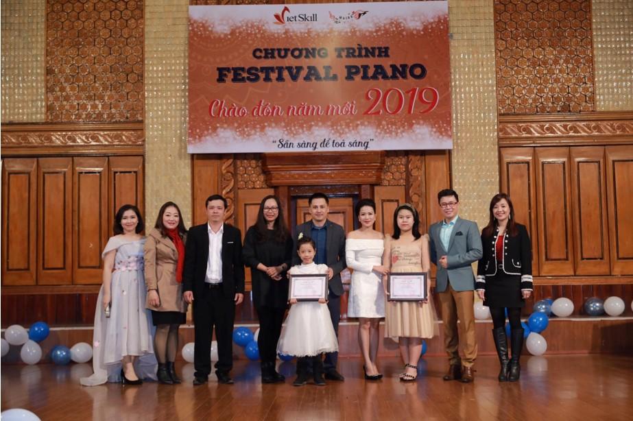 Dàn khách mời nổi tiếng và BGK chụp ảnh lưu niệm với các thí sinh tham gia Festival Piano