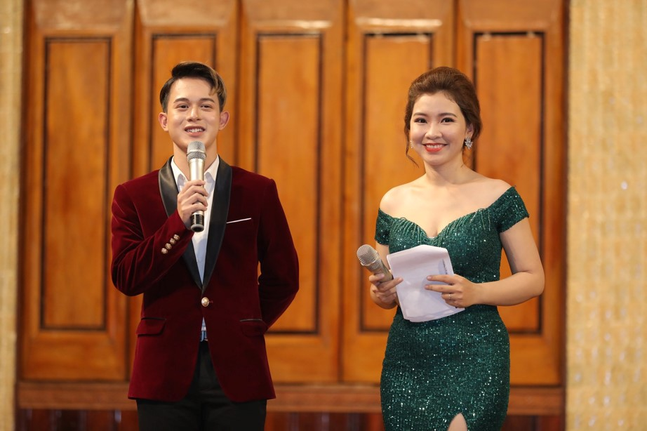 Dẫn dắt chương trình là MC duyên dáng Hồng Ngọc và chàng diễn viên Quang Anh điển trai