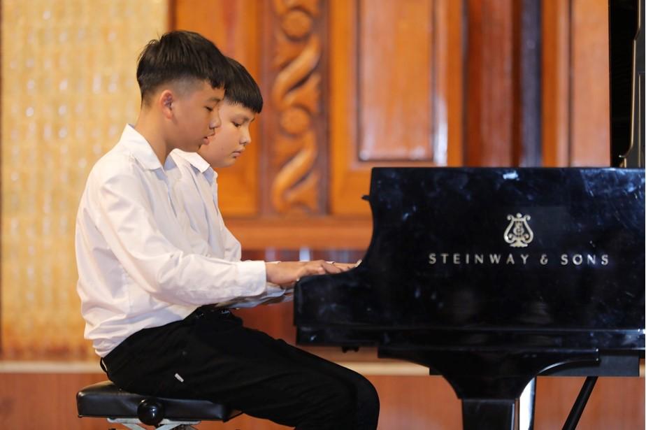 Những đôi tay bé nhỏ đầy tài năng lướt trên những phím đàn, cả khán phòng như ngưng đọng lại trong những bài biểu diễn và cuối cùng vỡ òa trong từng tràng pháo tay không dứt