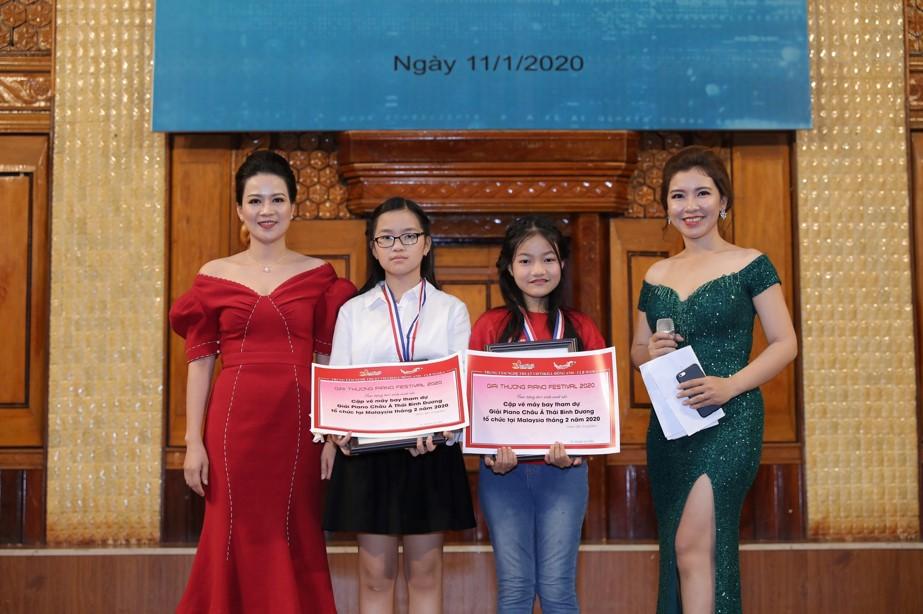 Hai bạn Giáng My và Bảo An đến từ trường THCS Nguyễn Huy Tưởng cũng đã hoàn thành xuất sắc bài thi của mình và giành được cho mình tấm vé tham dự Chương trình Festival Nghệ thuật Châu Á Thái Bình Dương được tổ chức tại Malaysia