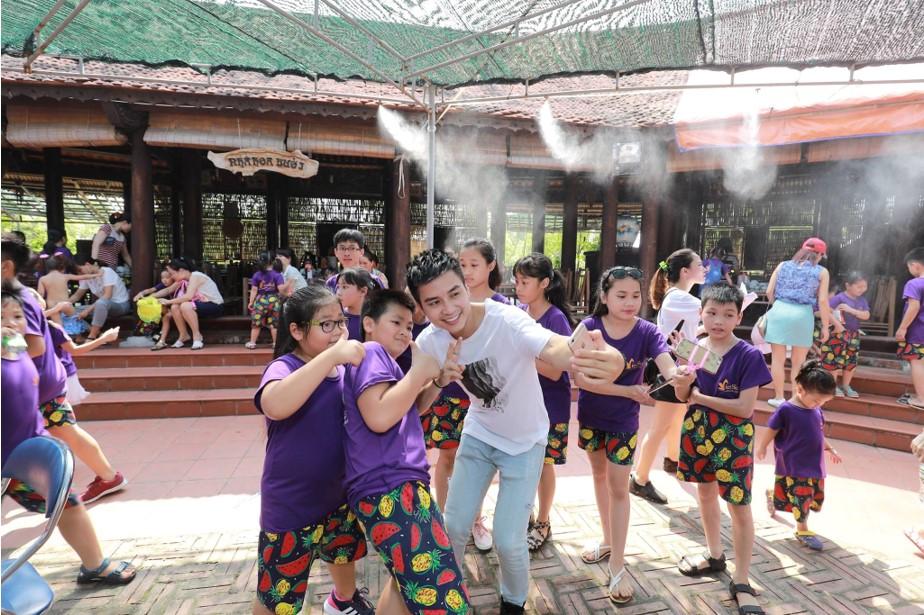 Tại đây các con đã được trải nghiệm một trại hè đáng nhớ và thú vị, tham gia vào những hoạt động vui chơi tập thể cũng như có cơ hội nói chuyện, học hỏi và khám phá tài năng của bản thân cùng những vị khách mời nổi tiếng