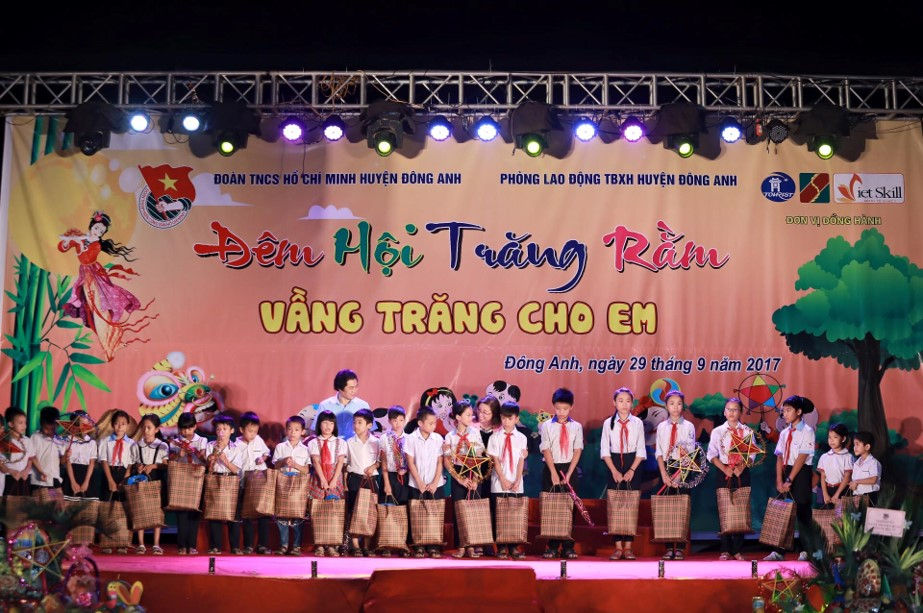 Cuối chương trình là các xuất quà Trung Thu đến từ CLB Maika – Vietskill Đông Anh được trao cho các em nhỏ khó khăn huyện Đông Anh, giúp các em có một cái Tết Trung Thu ấm áp hơn và tràn ngập tiếng cười