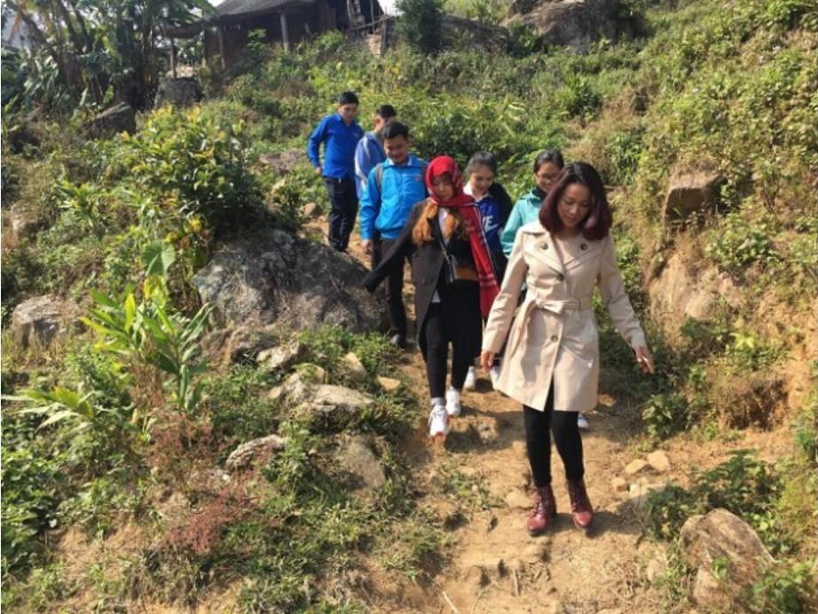 Cô giáo Phan Duyên đã có chuyến đi đến Xã Bản Hồ – Huyện Sapa – Tỉnh Lào Cai, đến thăm và trao gửi tình yêu thương đến các em nhỏ đến nơi địa đầu tổ tổ quốc. Mong muốn đơn giản của cô là đem đến cho các em sự ấm no, hạnh phúc trước thềm năm mới 2018