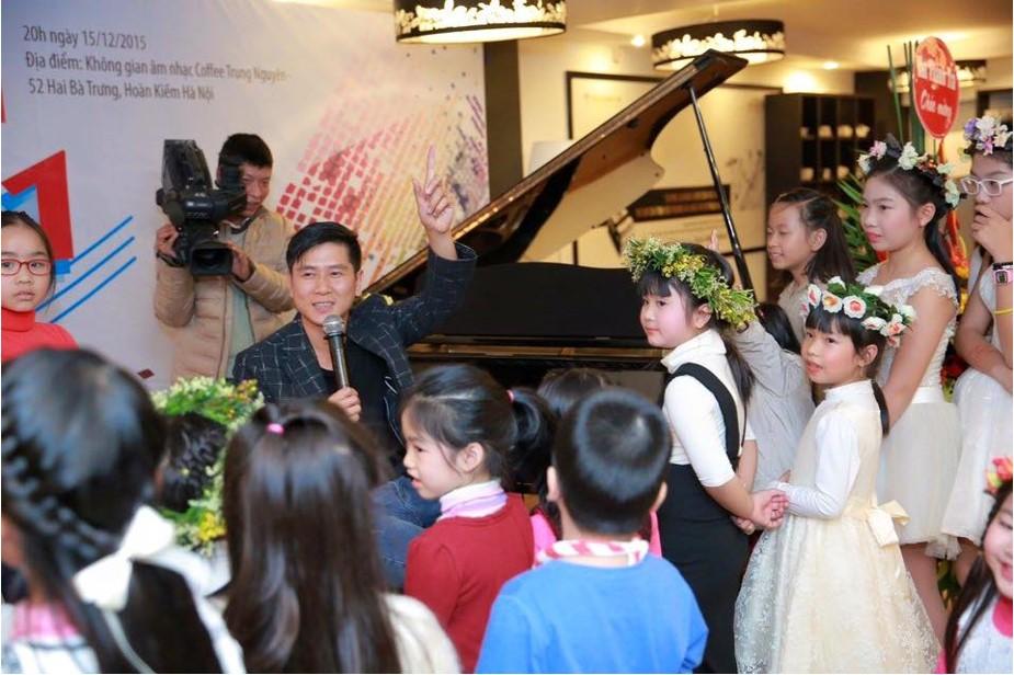 Nhạc sĩ Hồ Hoài Anh cũng góp mặt trong đêm nhạc và mang tới bầu không khí thực sự phấn khích và nhận được nhiều tràng pháo tay chào đón
