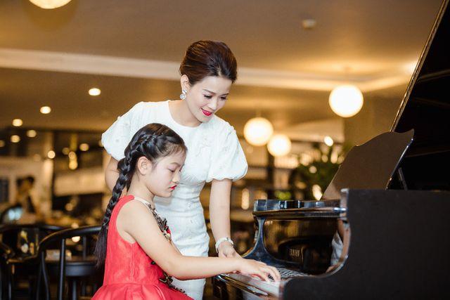 Giáng My - cô học trò nhỏ đầy tài năng của CLB Maika. Hai cô trò đang cùng nhau hăng say luyện tập cho cuộc thi sắp tới.