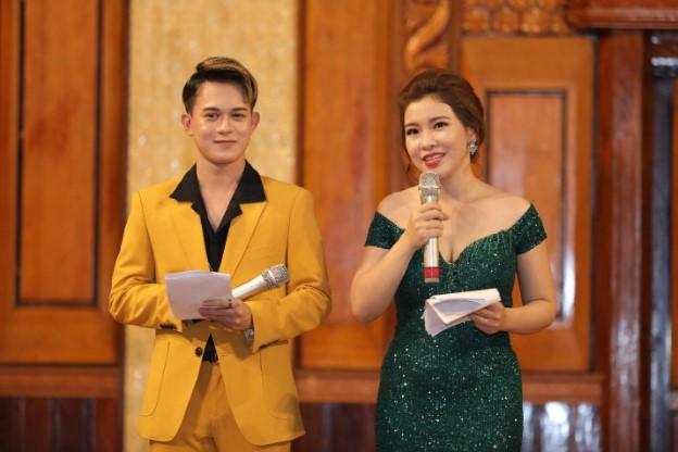 """Để có thể làm nên thành công cho đêm nhạc, không thể không nhắc đến hai MC """"trai tài gái sắc"""" vô cùng nhiệt tình và cũng là khách mời đặc biệt của buổi tối ngày 11/1 vừa qua: Diễn viên Quang Anh và BTV Hồng Ngọc"""